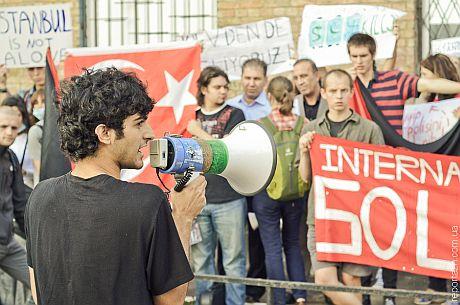 Под посольством Турции в Украине активисты выразили свою солидарность с требованиями турецких протестуючищих