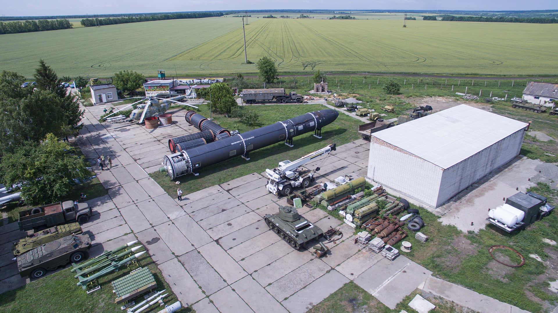 Даже танки и вертолеты выглядят маленькими на фоне