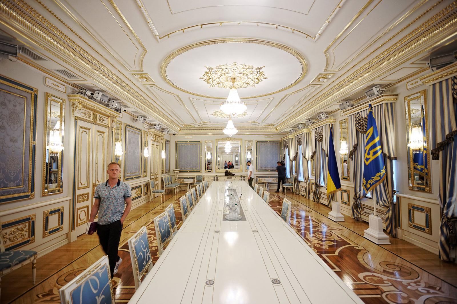 """Зеленский изменил """"Администрацию Президента"""" на Офис, показал где и каким он будет и провел экскурсию по своему кабинету"""
