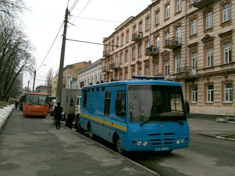 Автобуси з Беркутом біля парку Шевченка. Фото Оксани Коваленко, УП