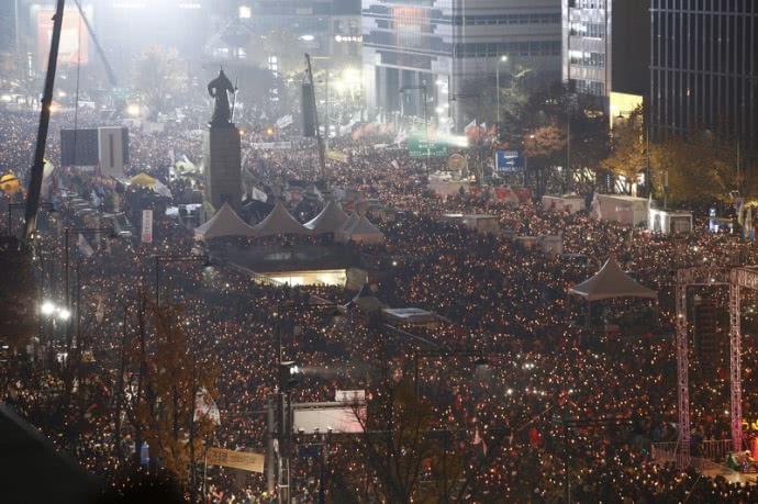 Використовуючи свічки, а також екрани телефонів як ліхтарики, протестуючі пройшли маршем вулицями столиці