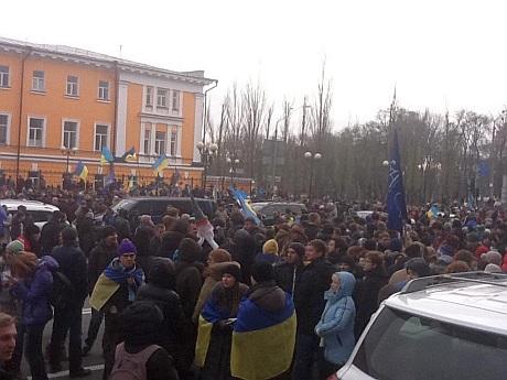 Усе більше людей прибуває на мітинг. Фото Артема Жавроцького