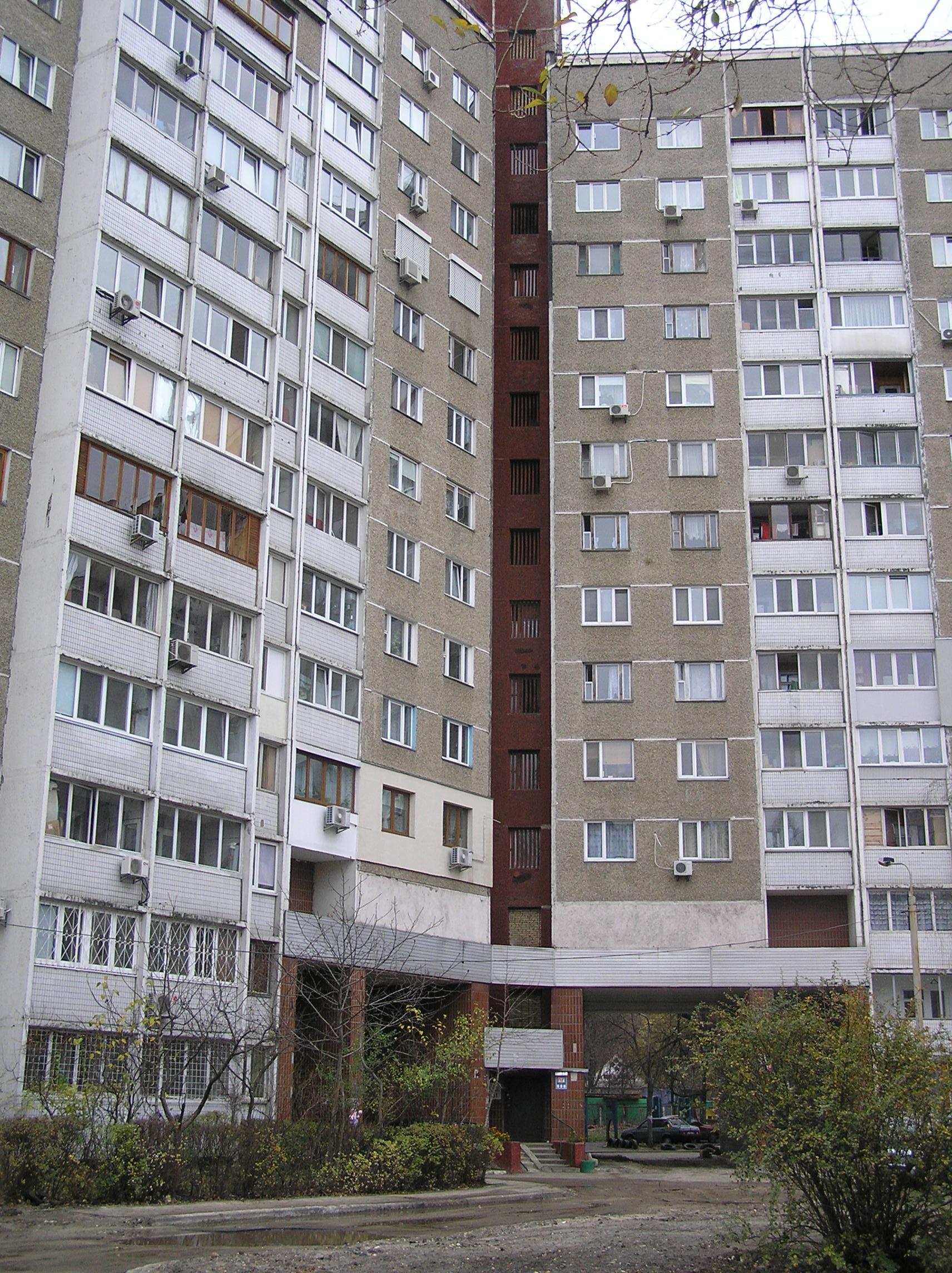 У цьому будинку на проспекті Глушкова колись мешкала Олена Лукаш та продовжує мешкати її сестра Тетяна
