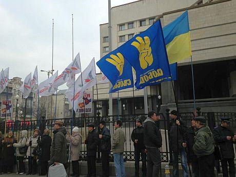 Митинг оппозиции под Конституционны Судом за выборы в Киеве