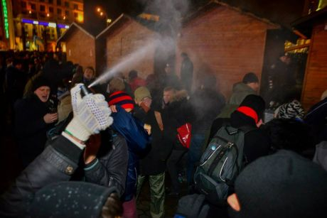 Провокация на Евромайдане, пустили перечный газ
