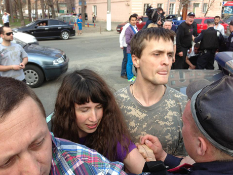 Татьяна Чорновил и Игорь Луценко в ходе конфликта с милицией. Фото с Facebook Владимира Арьева