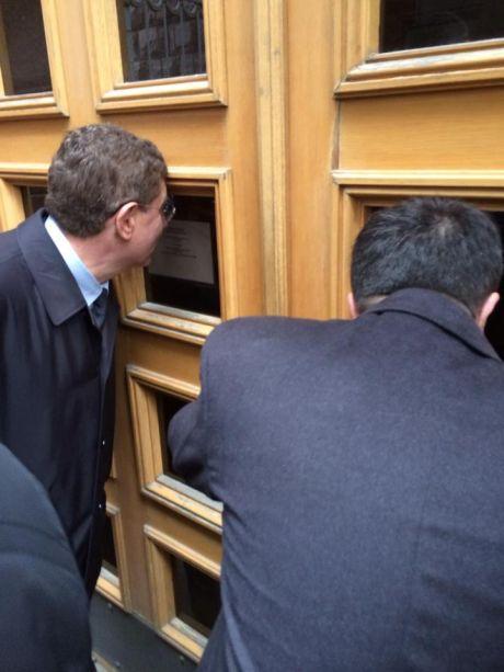 Депутатов отправили на отдельную дверь, она закрыта
