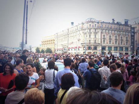 Люди вышли на площадь Москвы против заключения Навального. Фото twitter.com/kubovich