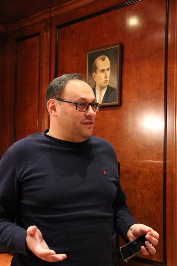 Під портретом Степана Бандери Владислав Каськів переконував, що загрози LNG-терміналу не існує