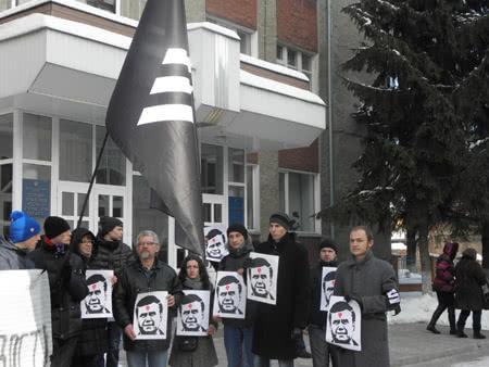 Акцыя на підтримку засуджених за трафарети під судом. Фото Чоркому