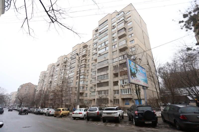 Міністр культури Новохатько зареєстрований у цьому будинку на вулиці Гончара та, як свідчать сусіди, мешкає за місцем реєстрації