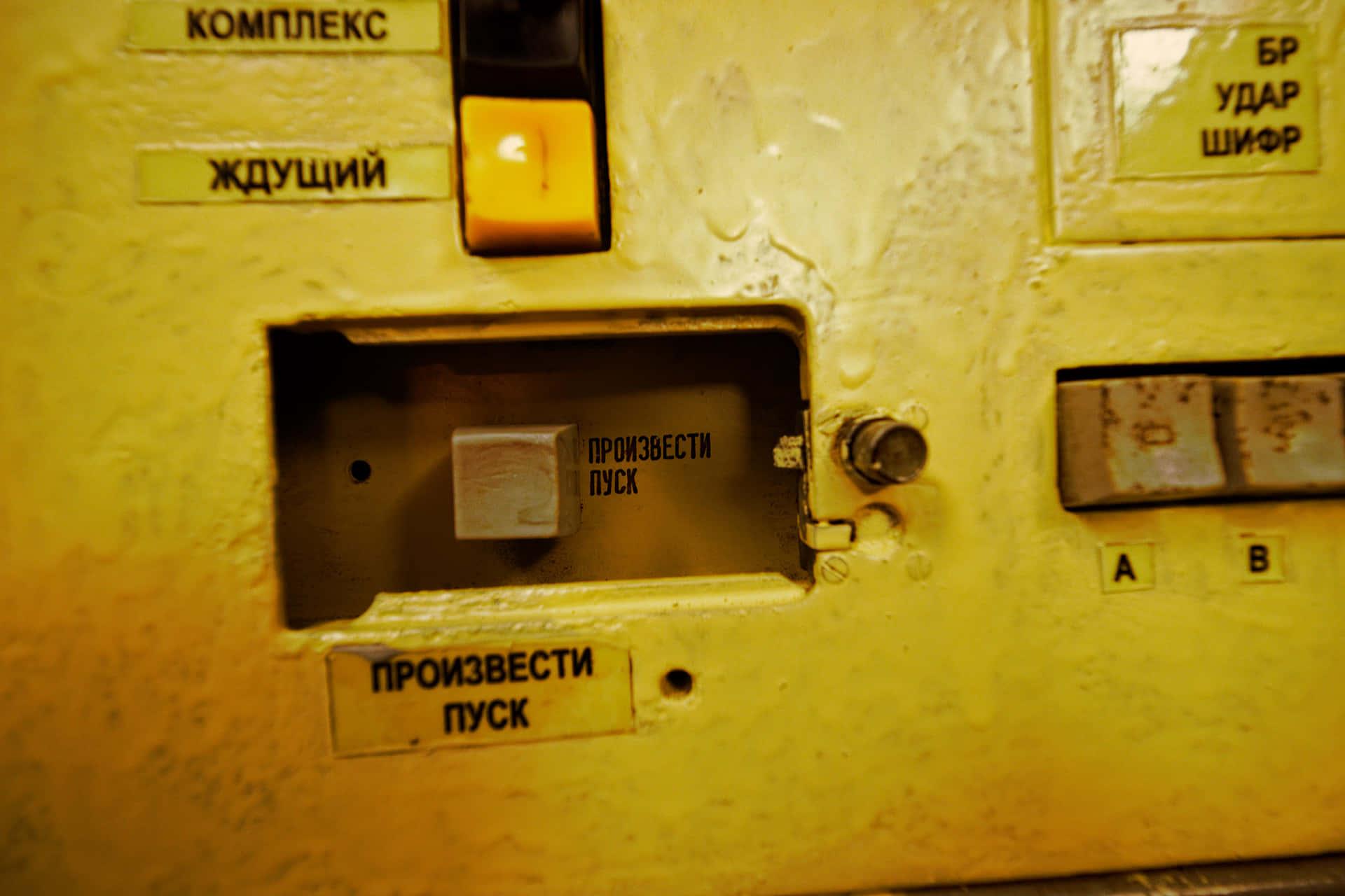 Та самая кнопка, после нажатия которой ракеты поднимались в воздух