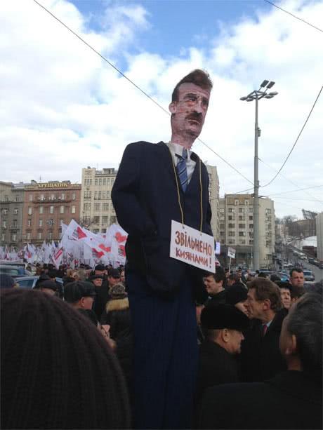 Опозиція має опудало голови КМДА Попова. Фото Володимира Арєва