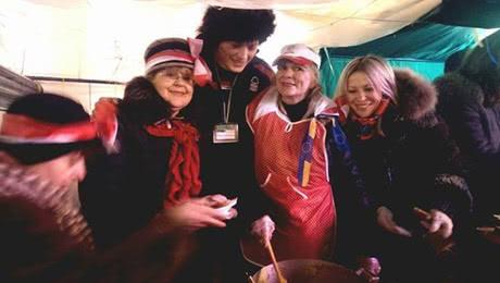 Депутат Польського Сейму готує їжу в таборі ДемАльянсу для жителів Майдану. Фото Демократичного Альянсу
