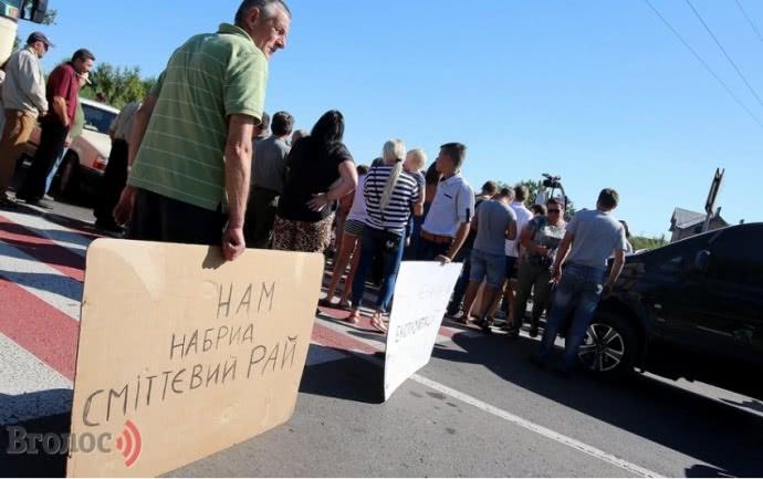 Наприкінці серпня мешканці Малехова та Грибовичів перекрили дорогу, щоб зупинити підозрілі роботи на сміттєзвалищі