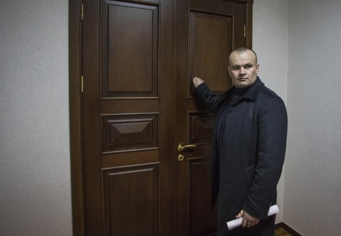 Юрий Милобог около мэрской двери