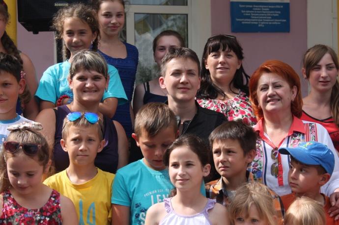 Наприкінці кожної зустрічі Савченко дозволяє з неї фотографуватися лише дітям