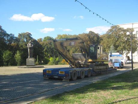 Активисты заставили реконструкторов покинуть площадь. Фото Закарпатье-онлайн
