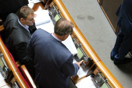 Регионал Матвиенков голосует за экс-коллегу с ММК имени Ильича Бойко. Фото Анны Грабарской