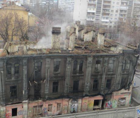 Власть ждет, пока старый дом на углу Щекавицкой и Межигорской рухнет?