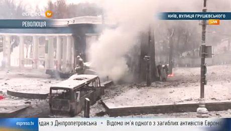Митингующие кинули в силовиков зажигательную смесь