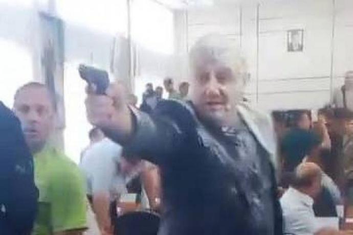 У Нікополі на сесії міськради стріляли