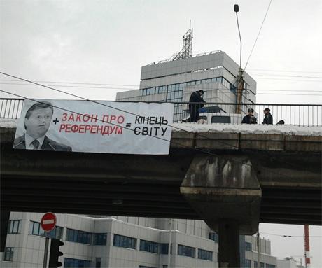 """В ожидании """"Конца света"""" украинцы повесили Януковича (ФОТО)"""