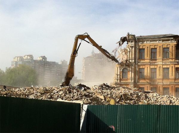 Школа, яку продав Пилипишин, зруйнована на початку травня. Фото Володимира Тищенка