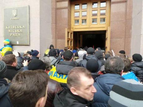 Фото Дмитрия Ларина: Народ взял в облогу КГГА, внутри два десятка милиции, разиты окна
