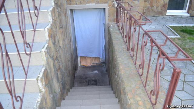 В здание Меджлиса в Херсоне бросили гранату - выбило двери в подвал