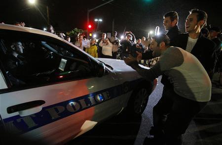 Мешканці радіють після захоплення Царнаєва. Фото Reuters