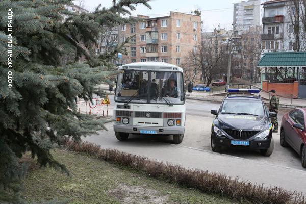 Автобус з міліцією чекає на протестуючих