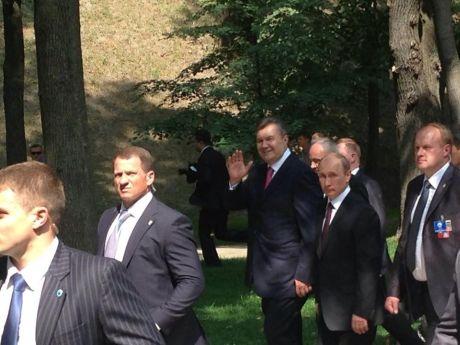 Янукович і Путін після молебну на Володимирській гірці. Фото із Facebook Олега Царьова