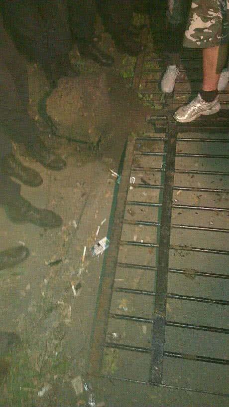 Повалений паркан Святошинського райвідділку. Фото: Андрій Ковальов