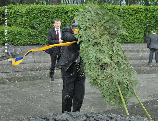 Янукович vs венок.