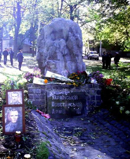 В Харькове снесли памятник УПА. Фото varta.kharkov.ua