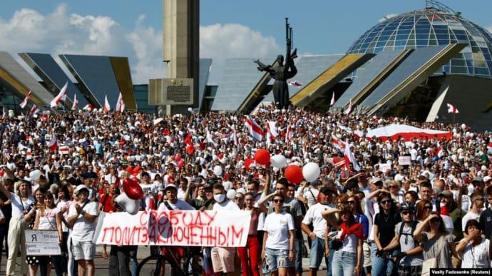 Главные новости воскресенья и ночи: митинг в Беларуси, поджог авто ''Схем''  | Украинская правда