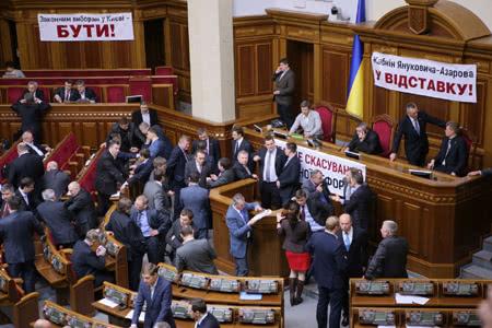 Оппозиция развесила новые банеры