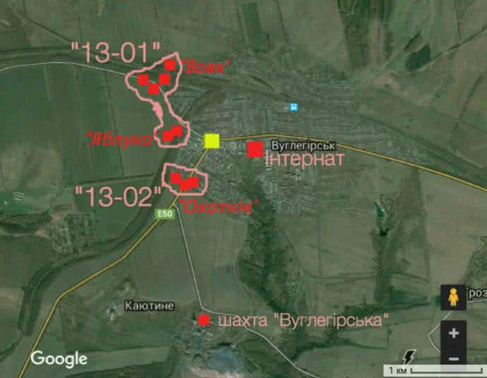 Розташування українських силовиків у Вуглегірську. Червоні квадрати – позиції, рожевим позначені межі блокпостів. Жовтий квадрат – центральне перехрестя міста, так звані