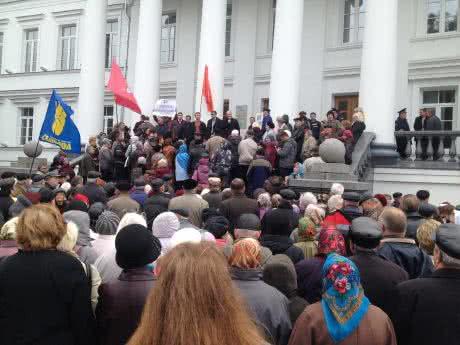 В Украине разъяренные граждане взяли штурмом мэрию (видео)