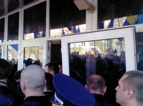 Свобода сорвала дверь на МВД. Фото пресс-службы партии