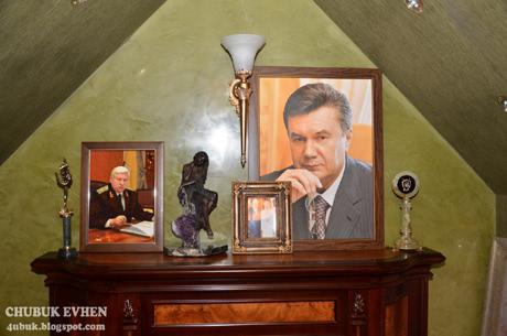 Не соромиться власник будинку і позувати для численних портретів та інших витворів, де він - головний герой
