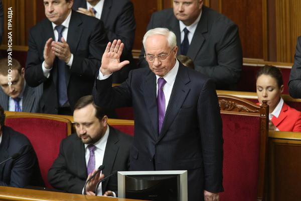 Азаров в парламент прибыл с опозданием