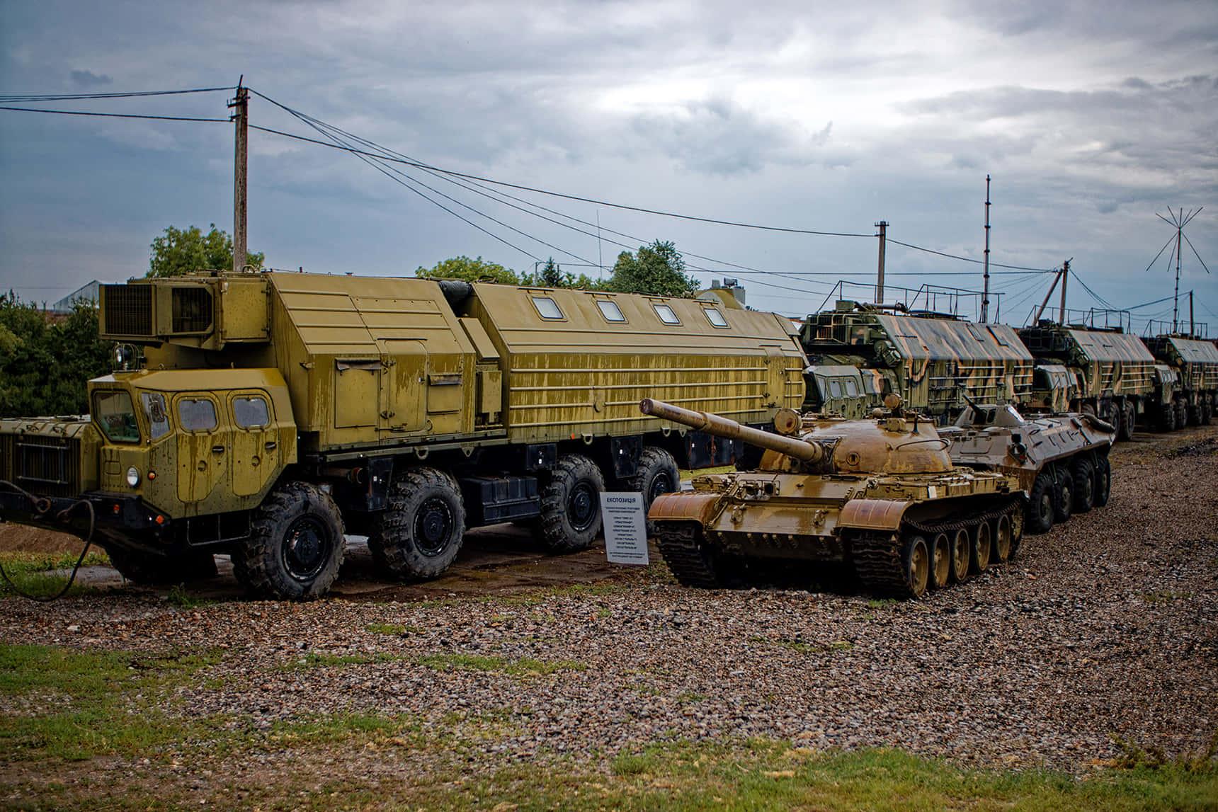 Передвижной командный пункт, состоящий из МАЗов разного назначения, двигался не быстрее 40 км/час