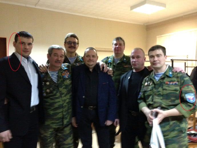 Седіков з навушником у 2013 році до поїздки на Донбас. Разом з ним десантники