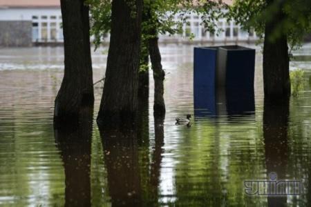 В Гидропарке затопило кабинки и мусорные баки