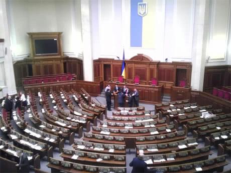 Оппозиция блокирует трибуну. Фото Дмитрия Ларина, УП