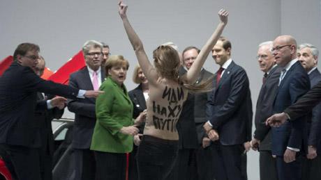 Активистки напали на Путина
