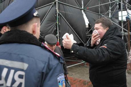 Активіст після нападу провокаторів у Черкасах. Фото видання Прочерк