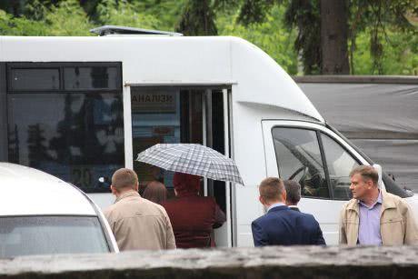 Ужгородських чиновників для мітингу регіоналів саджали в автобус під дощем